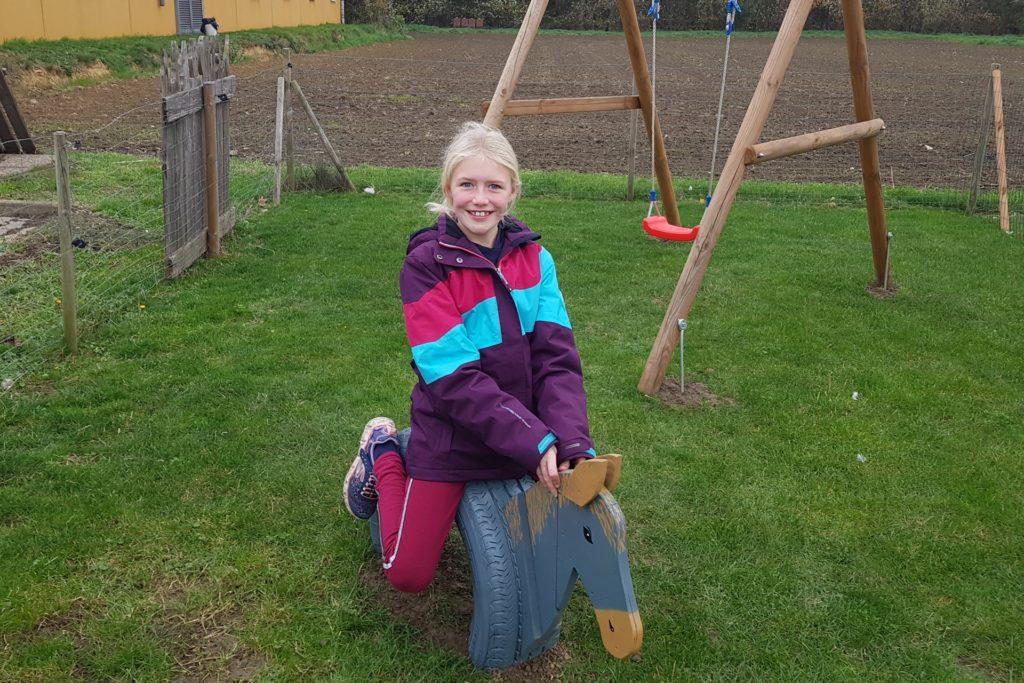 Lena Elsermann ist von dem neuen Pferd auf dem Bauernhof der Lünings begeistert.