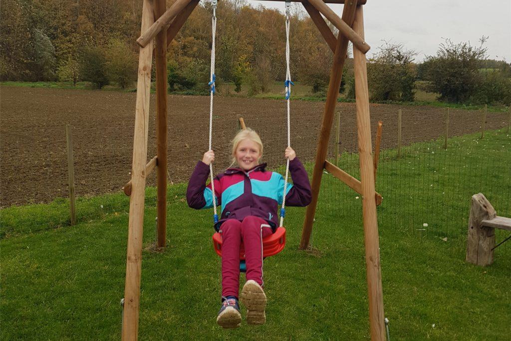 Die achtjährige Lena schaukelt am liebsten auf dem Spielplatz.