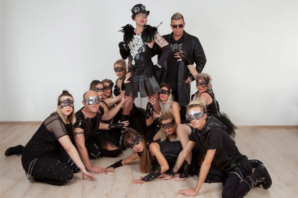 Die Terrortucken treten als Tanzgruppe auf. Jörg Schlösser (hinten r.) leitet den Verein. Neben ihm sein Mann Karsten, der als Travestiekünstler bekannt ist.