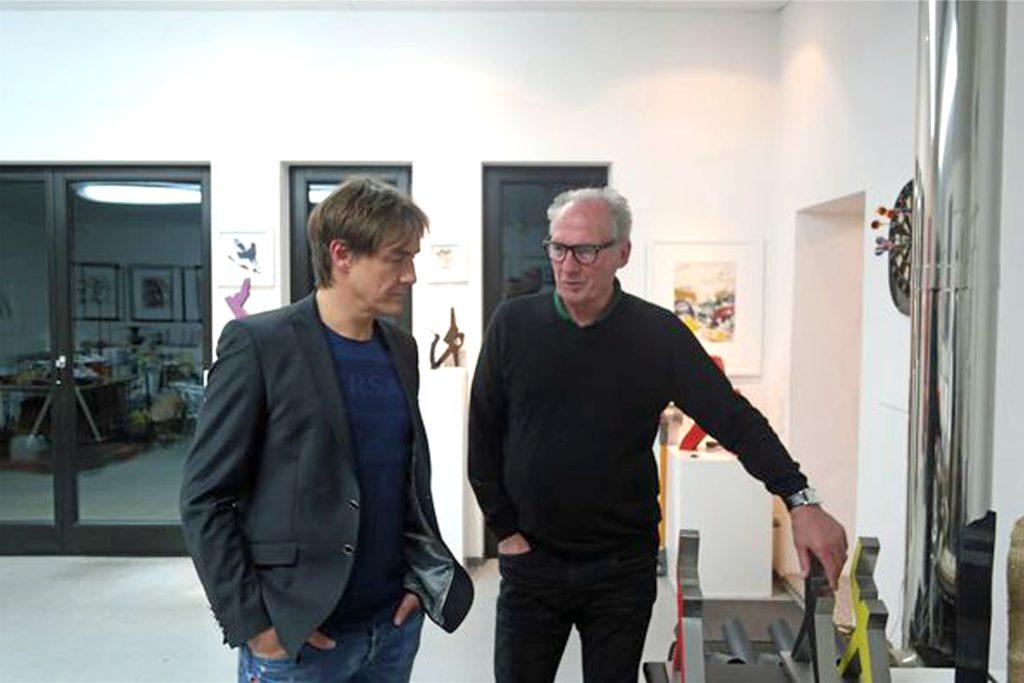 Bei einem Rundgang erklärte Ulrich Schriewer dem Comedian sein Werke.