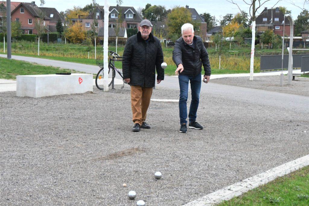 Es ist der Spaß am Spiel und auch ein wenig Ehrgeiz, der die Männer im Rentenalter, die gern im Auenpark ihrem Hobby nachgehen, am Boulespiel fasziniert.