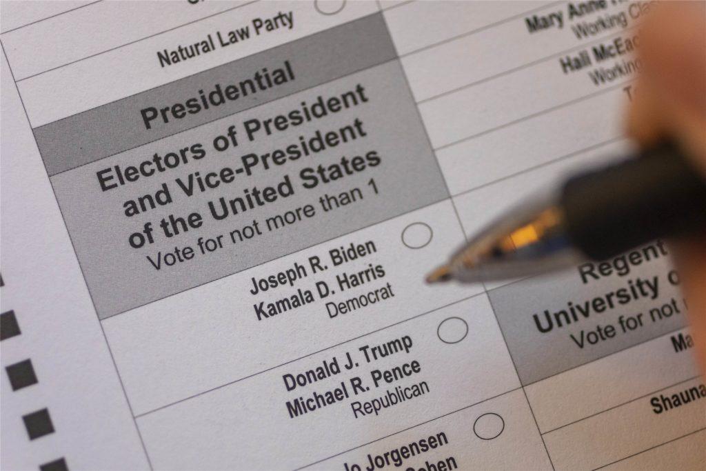 Die Namen der Kandidaten sowie ihrer Stellvertreter für die US-Präsidentschaft, stehen auf einem Stimmzettel für die Briefwahl.