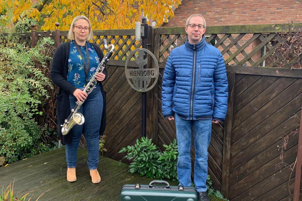 Heidi Schiller präsentiert mit Norbert Denis die neue Bassklarinette.
