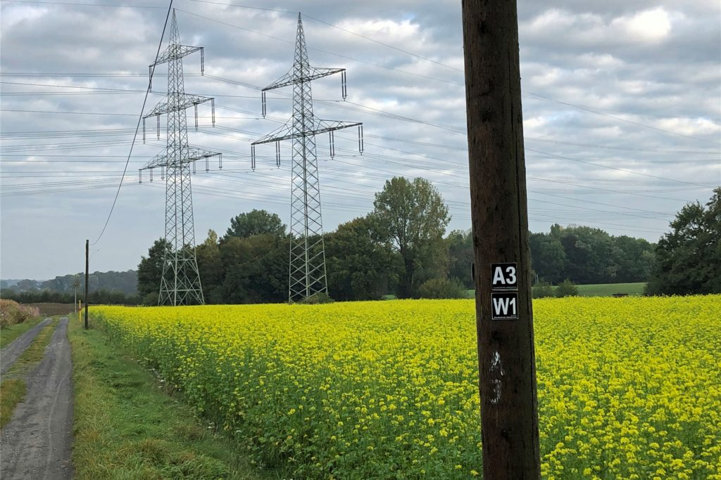 Nur die beiden Überland-Stromtrassen stören das idyllische Bild auf dem Wanderweg W1.