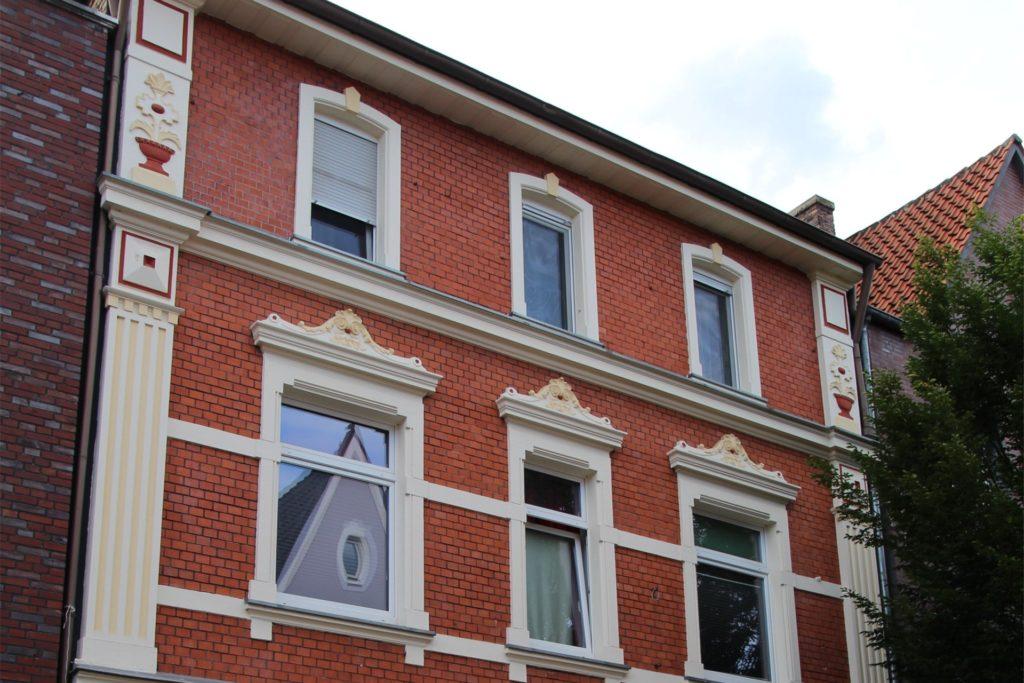 Nach der Renovierung und der Entfernung von Vordächern haben Passanten auf der Bonenstraße nun einen freien Blick auf die Ornamente, die die Fassade des Hauses 33 zieren.
