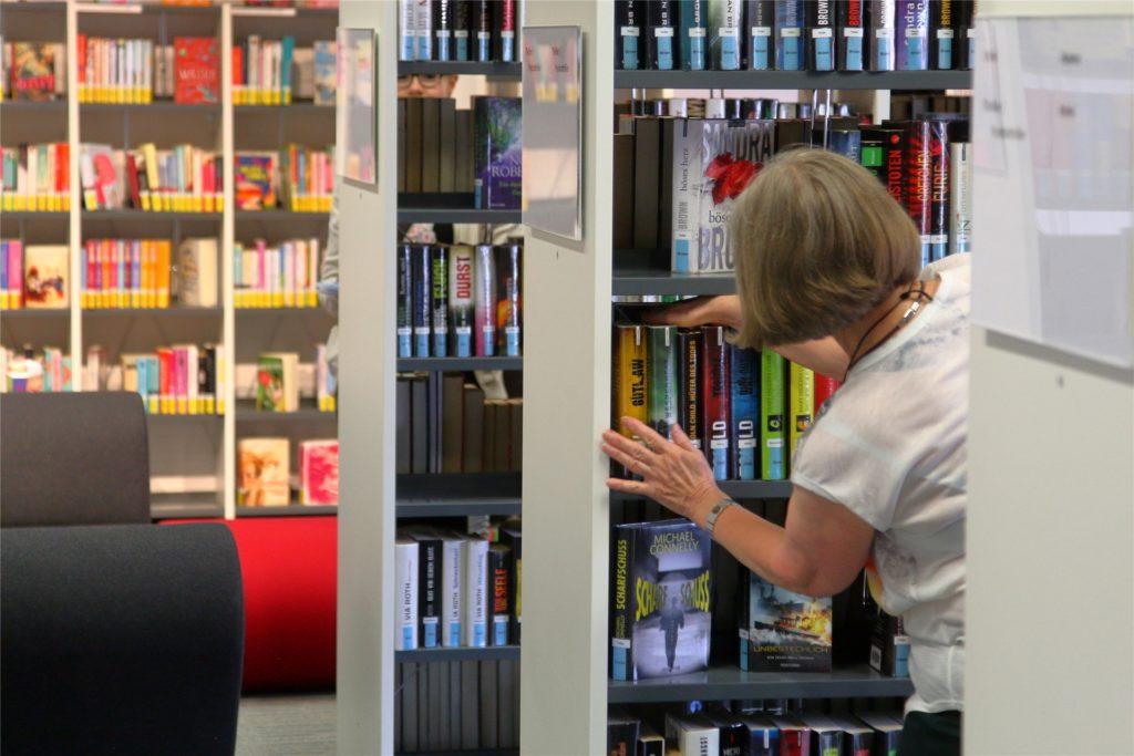 Mitarbeiterin Ursula Wissing beim Einräumen von Büchern: Den Nutzern der