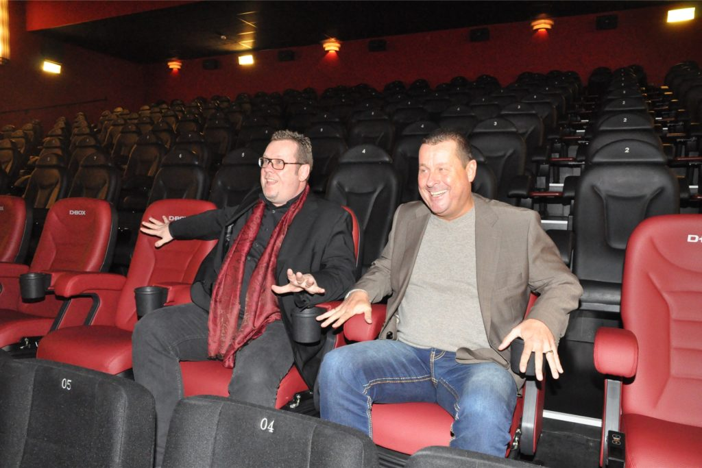 Wegen der Corona-Krise konnten Lutz Nennmann (l.) und Meinolf Thies (hier ein Archivbild) in diesem Jahr nur virtuell darauf anstoßen, dass sie vor 17 Jahren die Cineworld übernahmen.