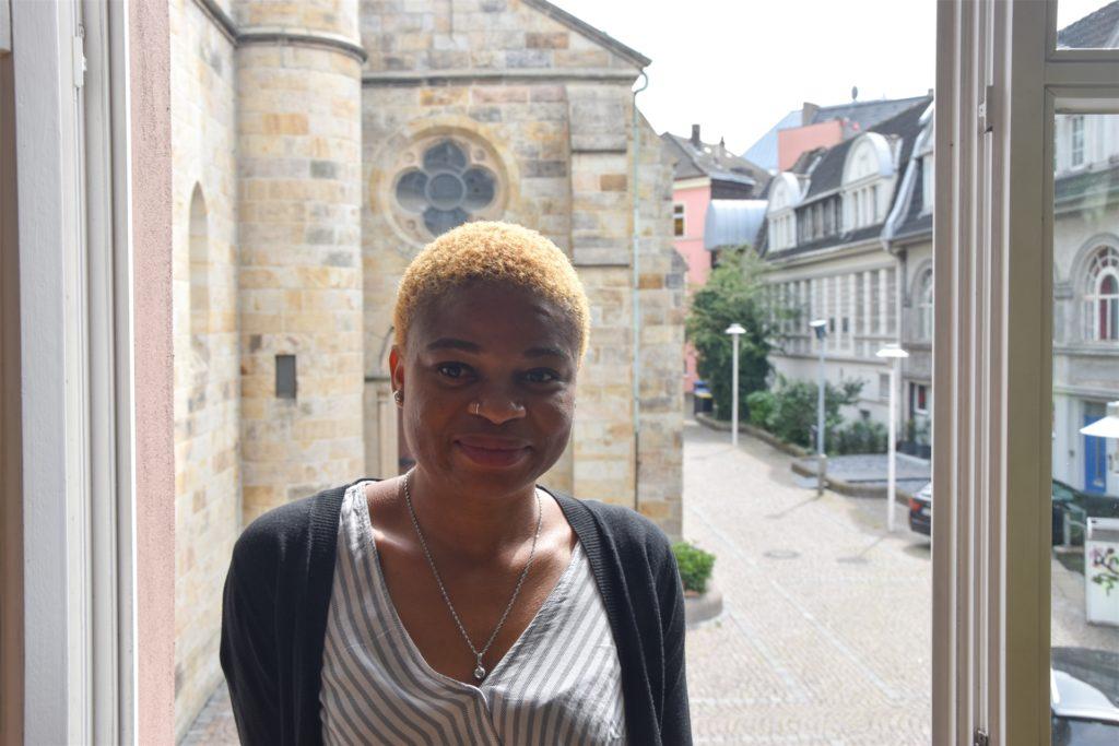 Loveth Osazuwa vor dem Fenster im Büro der Caritas am Lambertusplatz. In ihren ersten Monaten in Castrop-Rauxel hat sie sich dort häufig beraten lassen.
