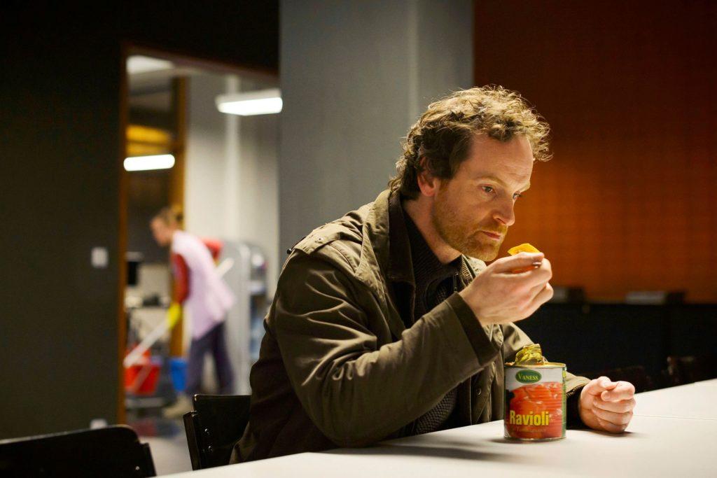 Ein gebrochener Typ: Faber isst kalte Ravioli aus der Dose.
