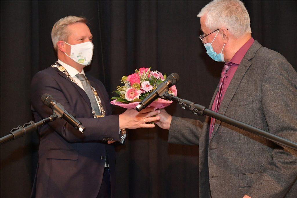Alterspräsident Otto Korte (73, r.) vereidigte Bürgermeister Jürgen Kleine-Frauns für die zweite Amtszeit.