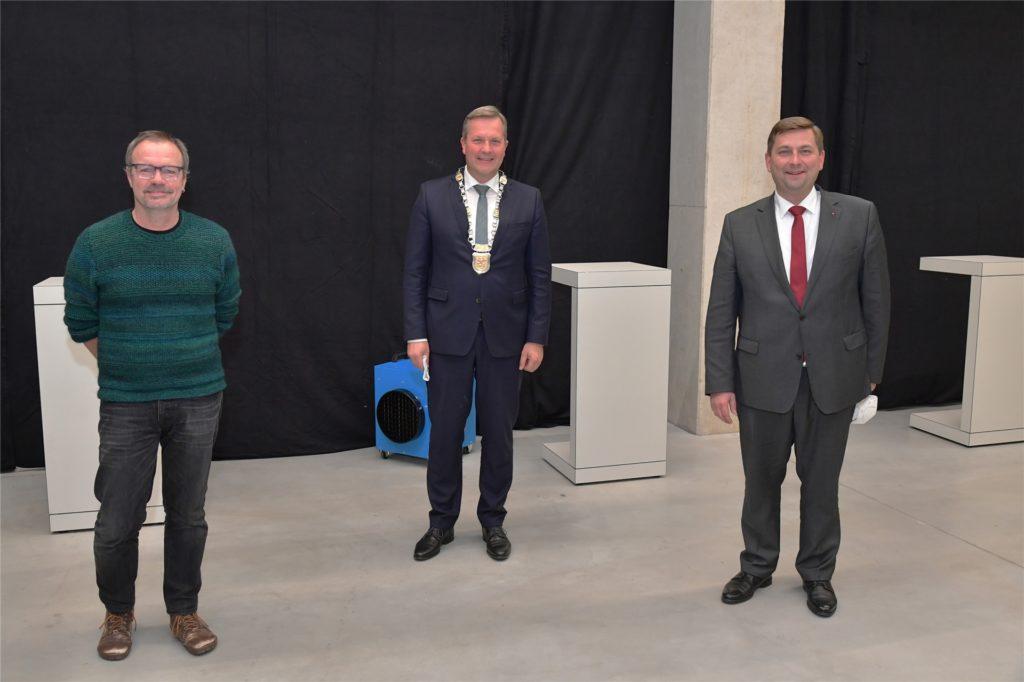 Ohne Maske, mit Abstand: Bürgermeister Jürgen Kleine-Frauns (Mitte), Reiner Hohl (l.) und Daniel Wolski.