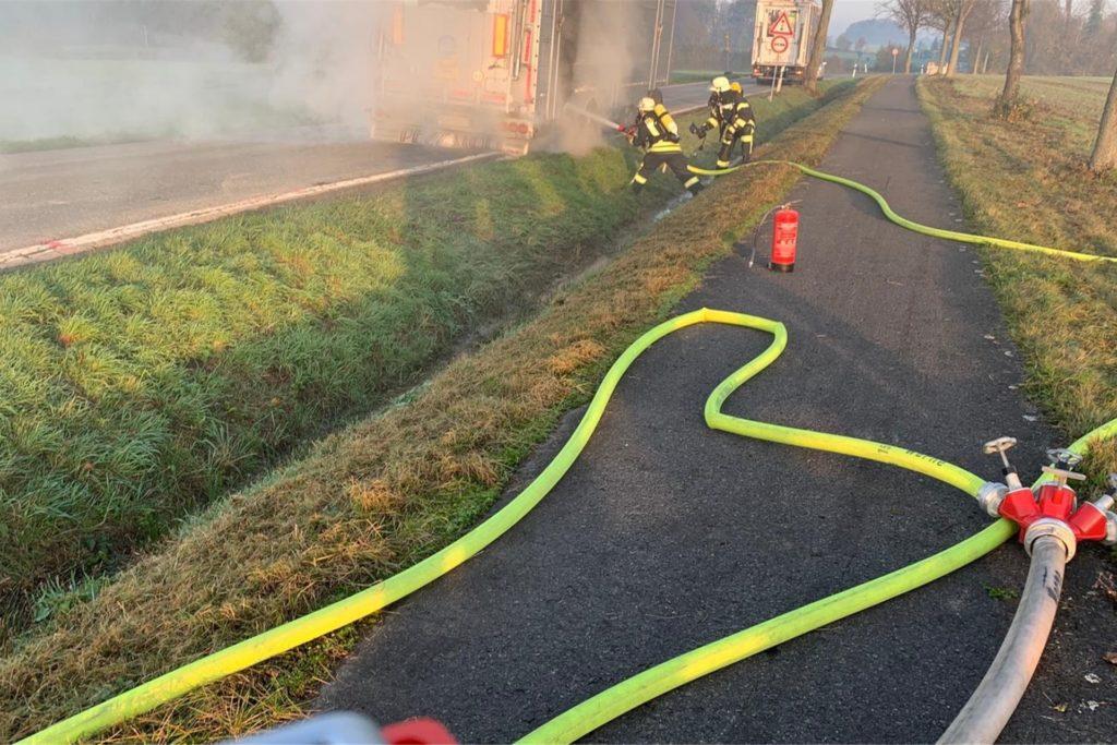 Die Erkundung ergab, dass die hinteren Bremsen eines Viehtransporter-Anhängers Feuer gefangen hatten.