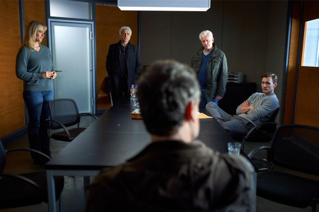 Ein Dreh unter Corona-Bedingungen, auch daran zu erkennen, dass die Schauspieler in den Szenen immer wieder Abstand halten.