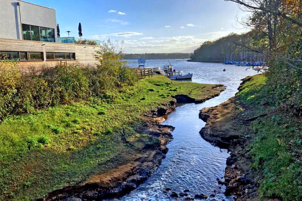 Aus dem Mühlenbach fließt kaum, noch Wasser in den Stausee.