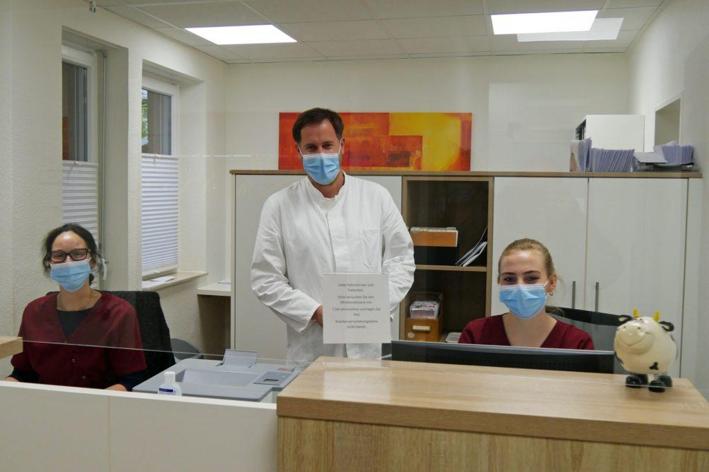 Dr. Ulf Lütkemeier und das Praxisteam haben Infektsprechstunden eingerichtet. Im Praxisalltag wird aktuell noch mehr telefoniert als sonst.