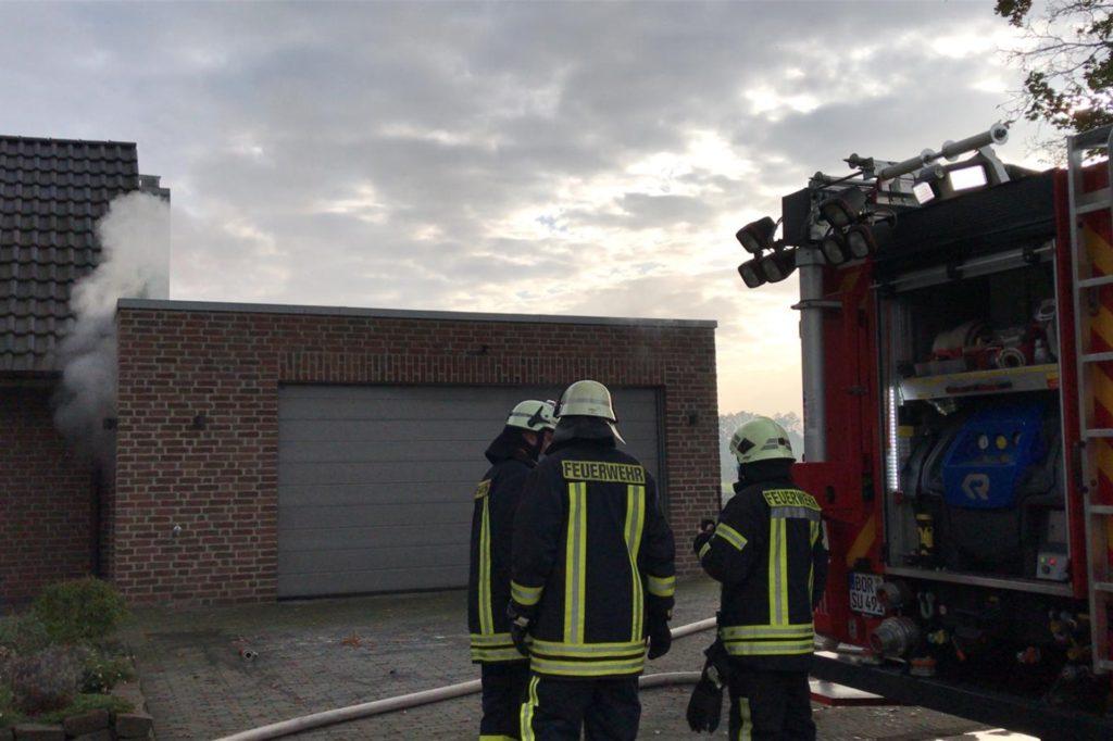 Rauch über eine Garage in der Oedinger Bauerschaft Feld.