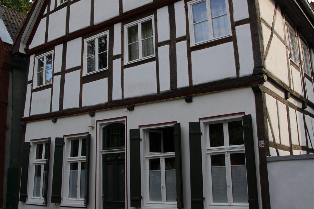 Das Haus Roggenmarkt 8 ist bis heute ein Wohnhaus. Das Wappen des Landes NRW am rechten Außenfachwerk zeigt, dass es unter Denkmalschutz steht.