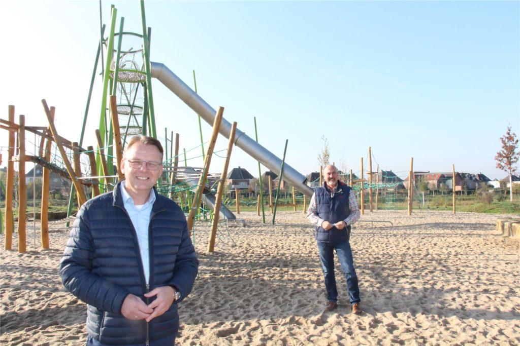 Selms neuer Bürgermeister Thomas Orlowski (vorne) begrüßt die Videoüberwachung als Mittel gegen den Vandalismus. Auch Dezernent Stephan Schwager hält den Spielplatz im Auenpark für einen besonders schützenswerten Ort.