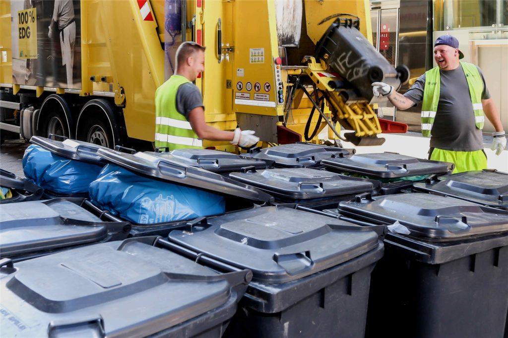 Die Entsorgung der grauen Restmülltonne wird über die Müllgebühren finanziert. Bei der gelben Tonne ist das völlig anders.