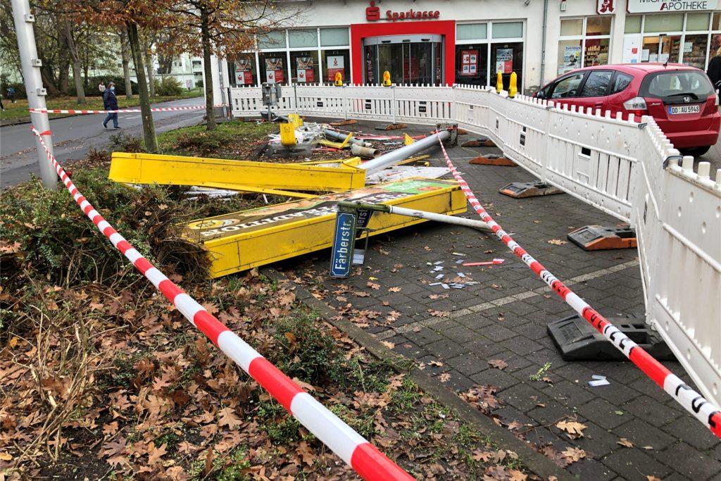 So sieht die Unfallstelle an der Büttnerstraße/Ecke Färberstraße am Tag nach dem tödlichen Unfall aus