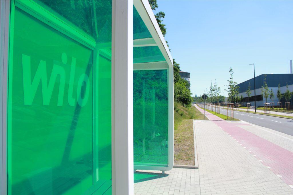 """Die werkseigene Bushaltestelle liegt an der neuen Straße """"Wilopark"""", die zentral durch das Wilo-Gelände führt."""