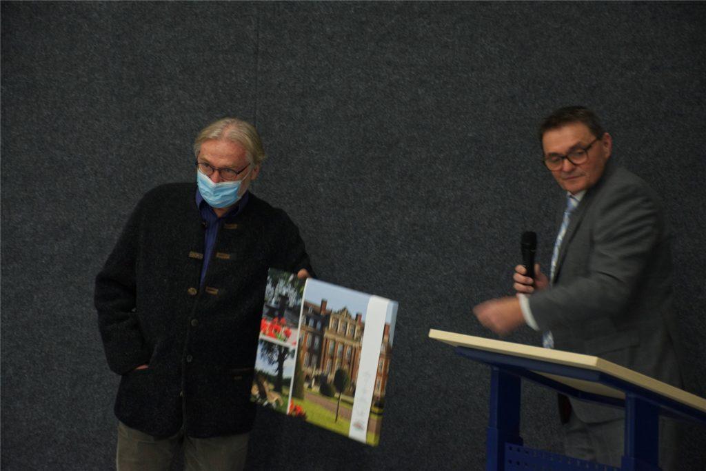"""Als """"echten Allrounder"""" bezeichnete Bürgermeister Dietmar Bergmann Werner Albin, der seit 2009 Mitglied des Gemeinderats war."""