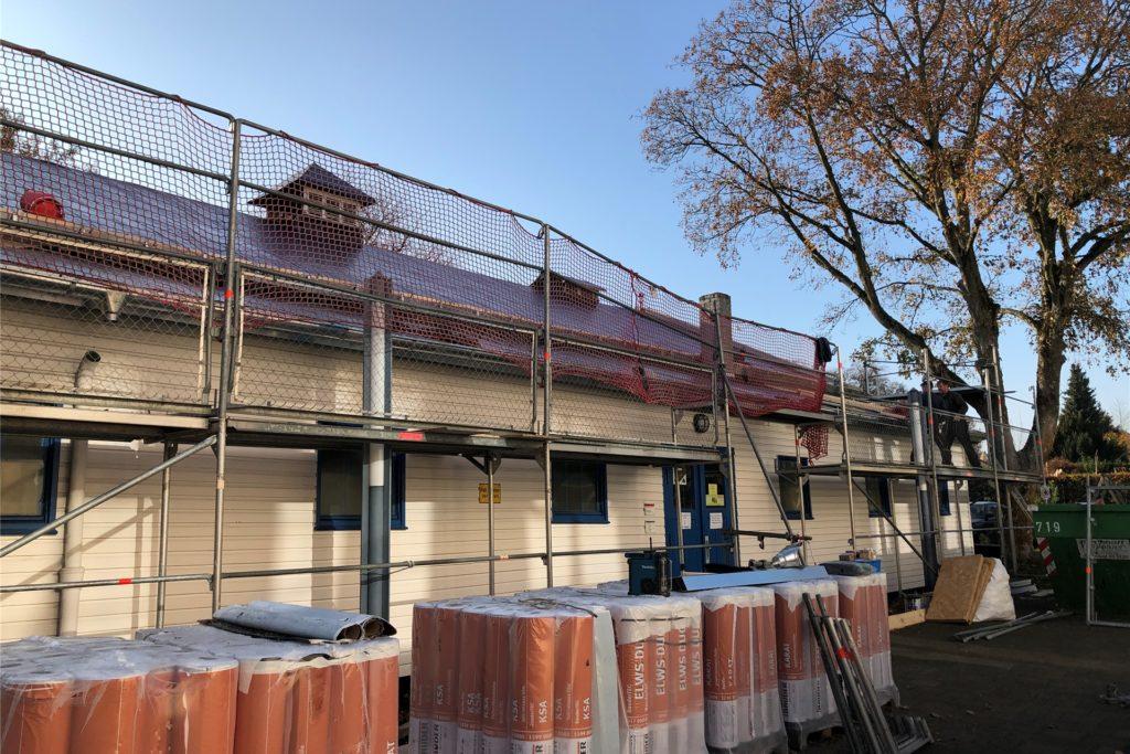 Mitarbeiter der Briloner Dachdecker-Firma Niggemeier sind derzeit mit dem Dach der alten Turnhalle beschäftigt