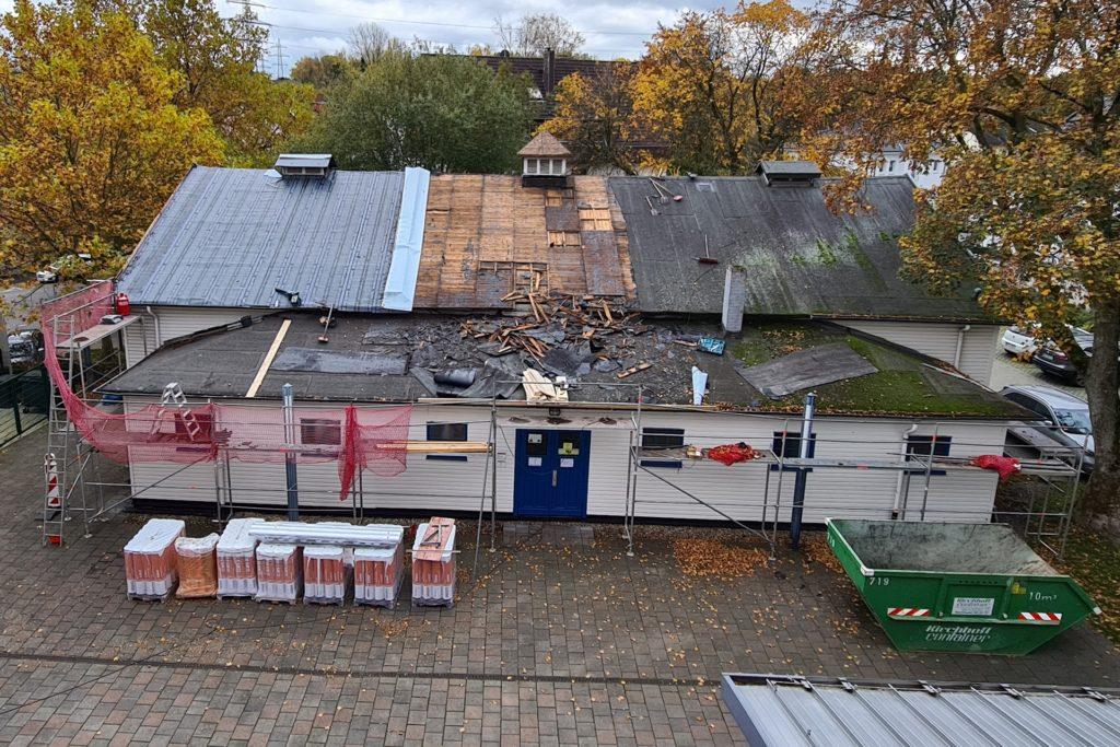 So sieht die alte Turnhalle am Balou, die derzeit ein neues Dach erhält, von oben aus