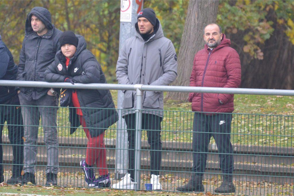 Gökhan Gül (2.v.r.) am Sportplatz beim Spiel SV Fortuna Herne II - Eintracht Ickern (hellblau/weiß): Er ist immer noch verbunden mit den Amateurkickern in seiner Heimatstadt.