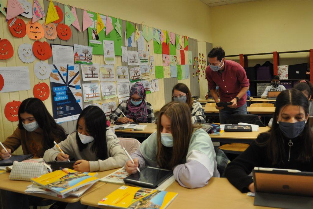 Boris Alexander unterrichtet in einer iPad-Klasse Französisch.