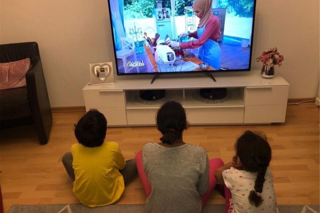 """Saras Familie versammelt sich sonntags vor dem Fernseher, um zu sehen, wie sich die 31-Jährige beim """"großen Backen"""" schlägt. Hier zu sehen sind zwei Nichten und ein Neffe der 31-Jährigen."""