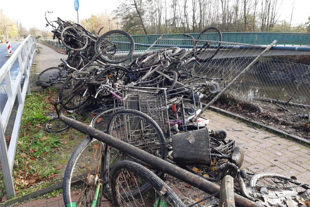 Fahrräder, Einkaufswagen, Bauzaun: In der Berkel fand sich viel illegal entsorgter Müll.