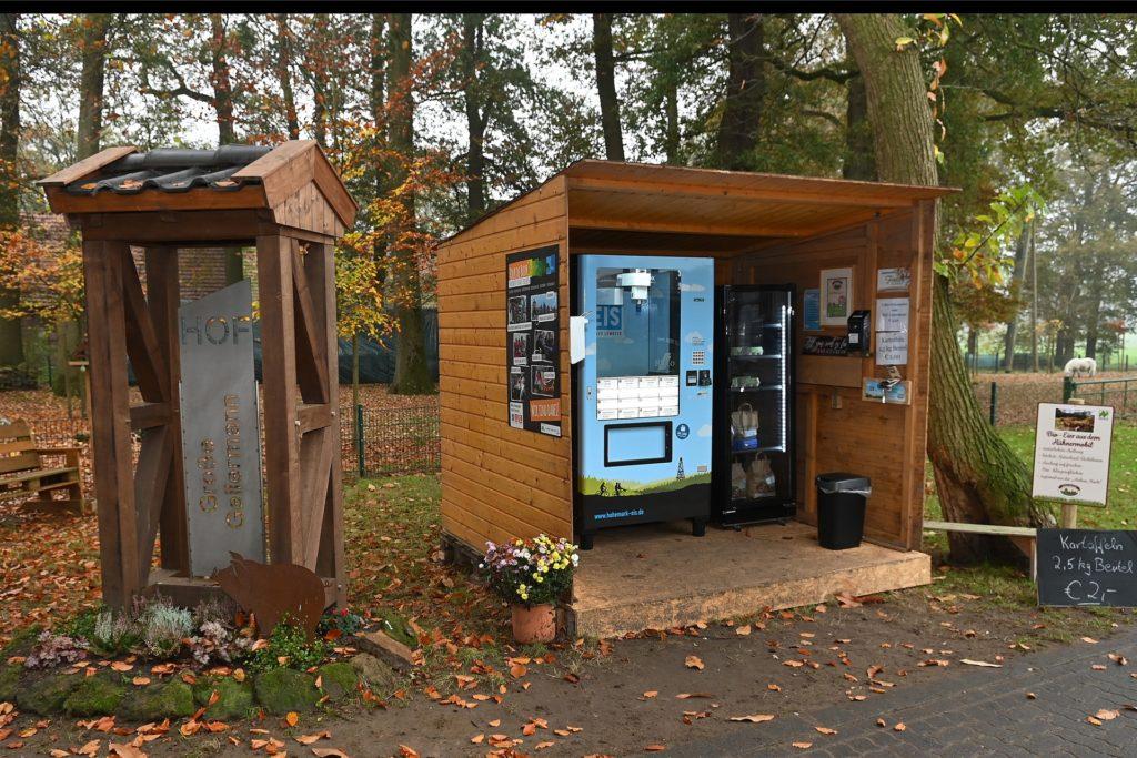 Auf den Höfen der beiden Landwirtsfamilien stehen nun solche Eis-Automaten, wo es rund um die Uhr das leckere Eis gibt.