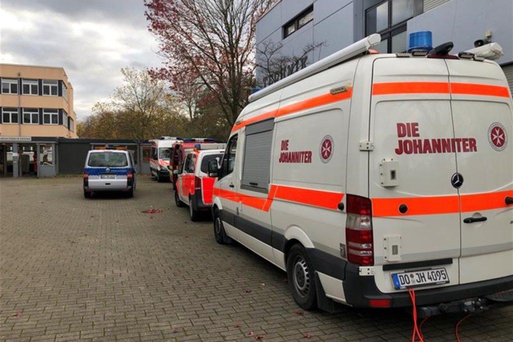 Feuerwehr, Johanniter, Polizei und Ordnungsamt waren mit vielen Einsatzfahrzeugen an der Gesamtschule Scharnhorst vertreten, die wieder als Evakuierungsstelle diente