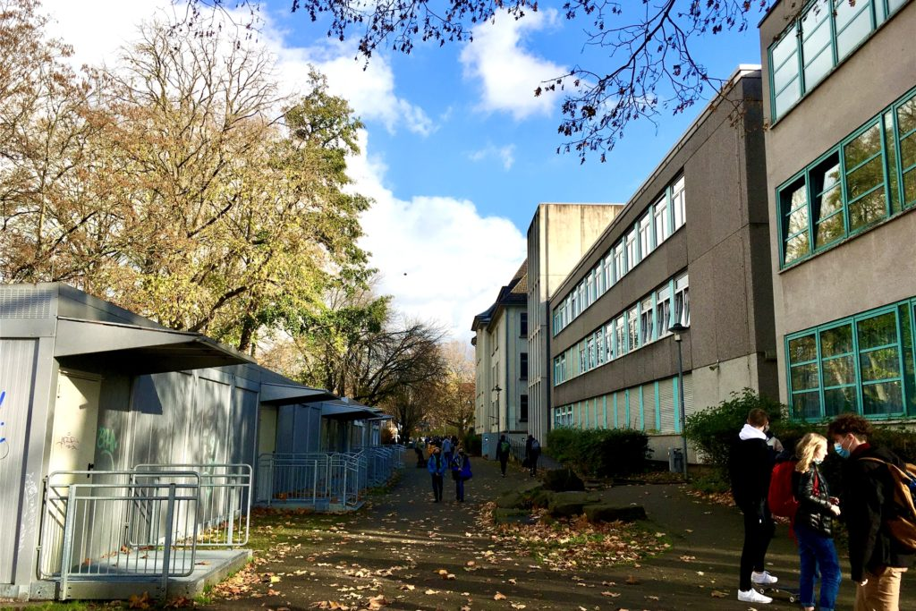 Von der Hörder Semerteichstraße aus gelangt jeder direkt auf den Schulhof.