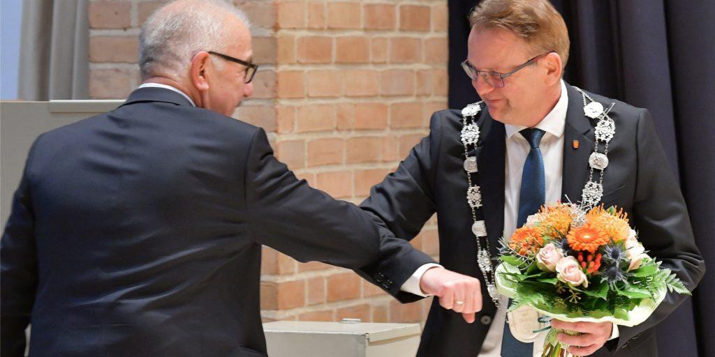 Blumen für den neuen Selmer Bürgermeister Thomas Orlowski (r.).