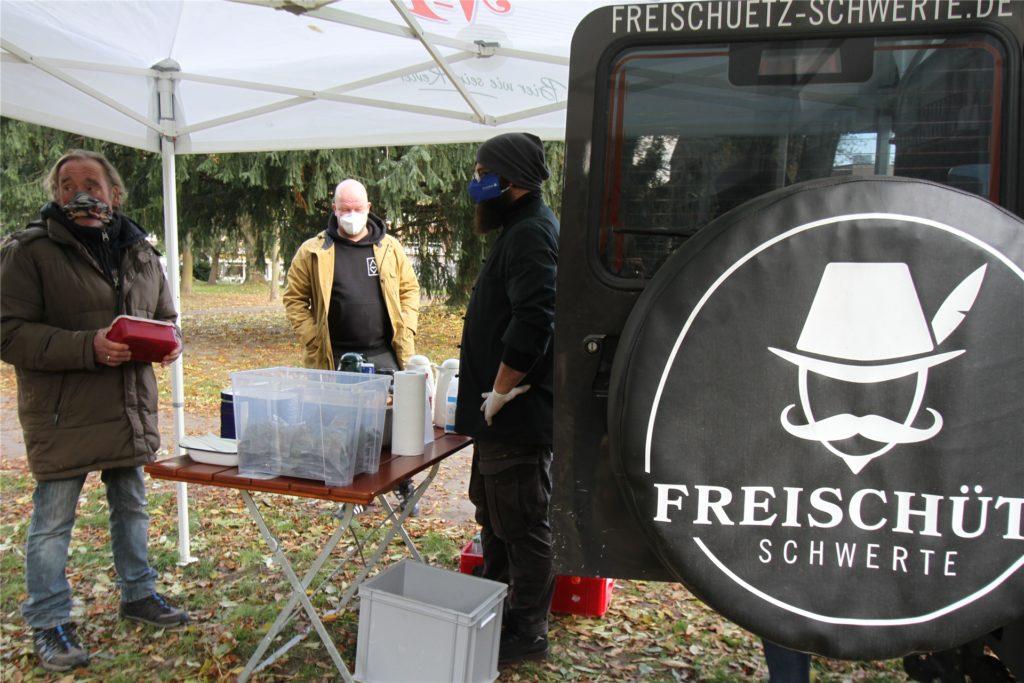 Winterkamp (Mitte), Geschäftsführer vom Freischütz, war zum Auftakt der Aktion selber Ort.