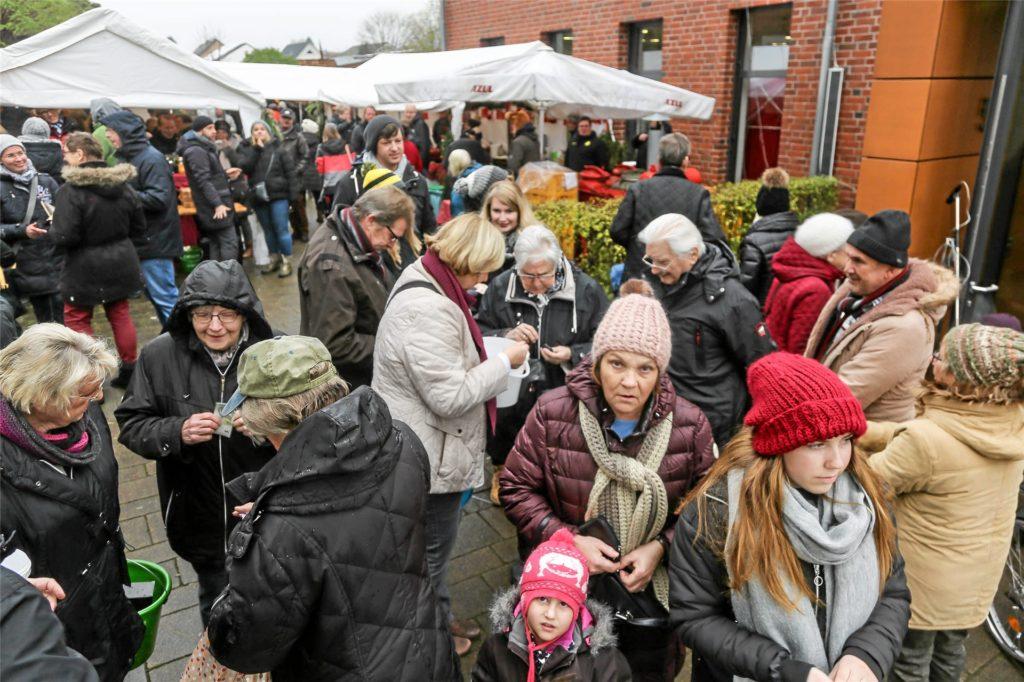 So sah's in früheren Jahren beim Christkindlmarkt der St. Clemens-Gemeinde in Brackel aus. Ein solches Bild wird es in diesem Jahr definitiv nicht geben