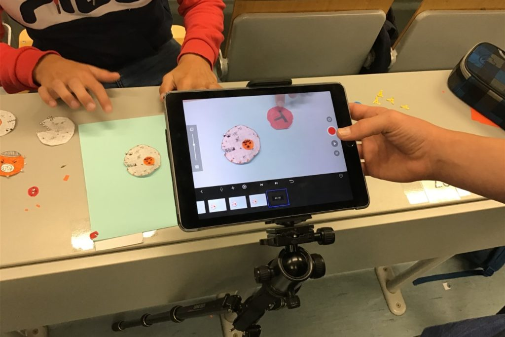 Schüler erstellen mit dem Tablet ein Stop-Motion-Film zum Thema Immunsystem.