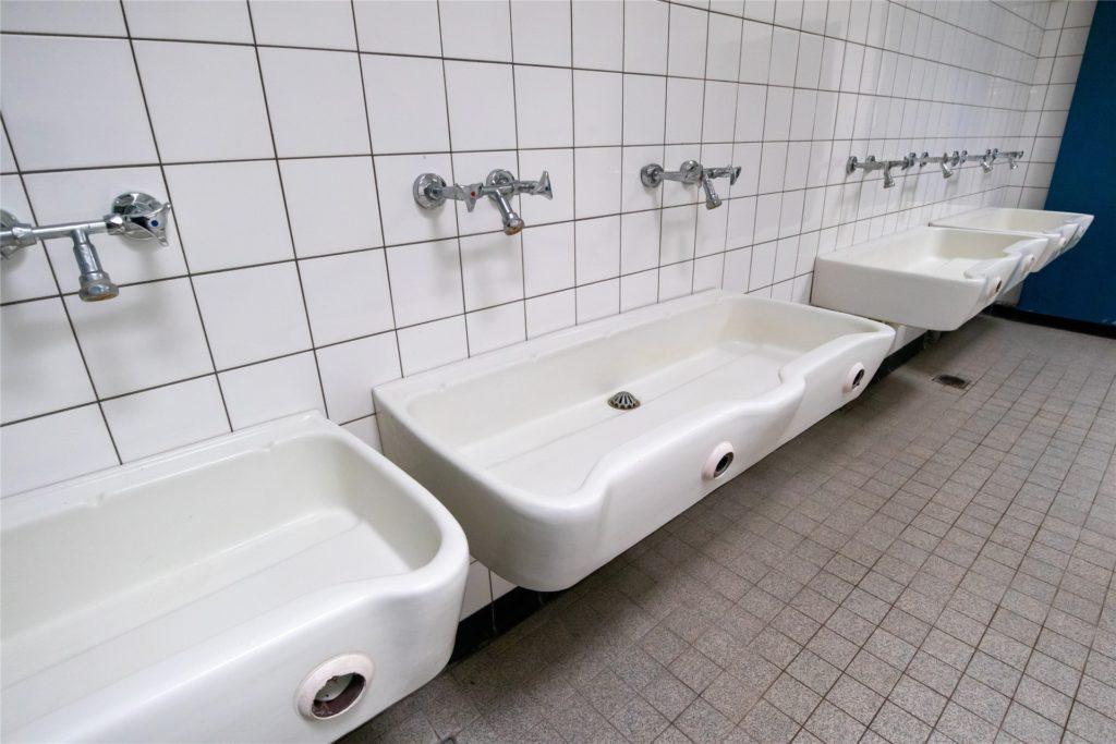 Ein Blick in die Sanitärräume der Sporthalle der ehemaligen Roncallischule