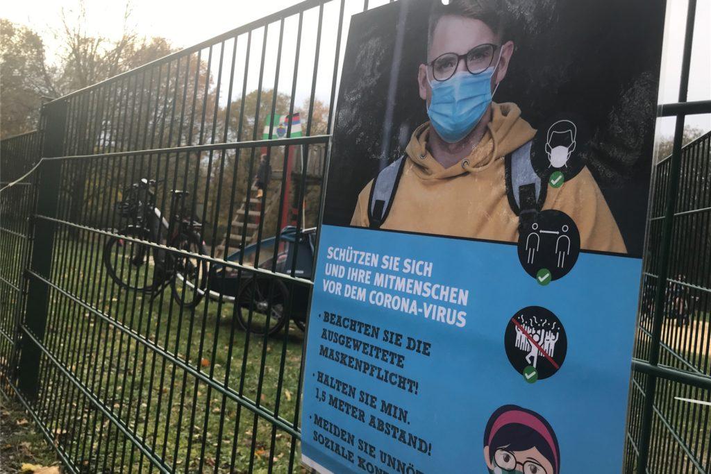 Sonntag hängten die vier Mitarbeiter des städtischen Ordnungsdienstes solche Plakate an den Zaun des Spielplatzes im Grutholz. Vorher schien die Maskenpflicht bei weitem nicht jedem bekannt zu sein.