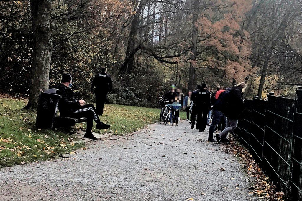 Die Spazierwege im Grutholz waren gut gefüllt am Sonntag. Die Mitarbeiter des Ordnungsamtes wiesen die Menschen auf die Abstandsregeln und die Maskenpflicht auf dem Spielplatz hin. Sie halt allerdings nicht hinterm Zaun.