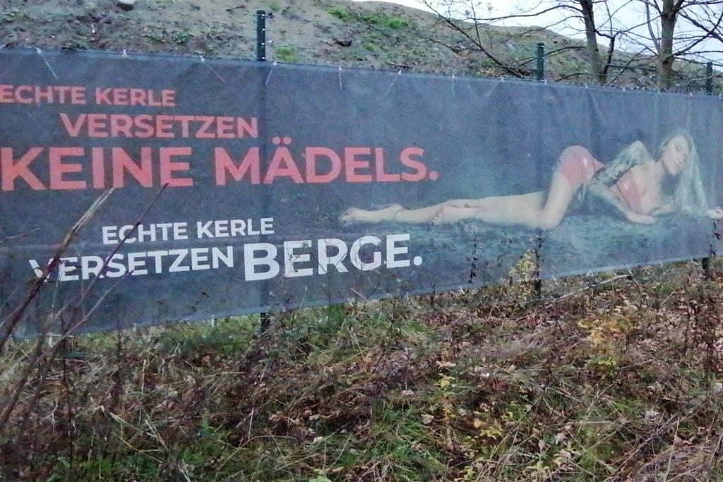 Das Transparent am Zaun des Knepper-Geländes sorgt für Empörung.