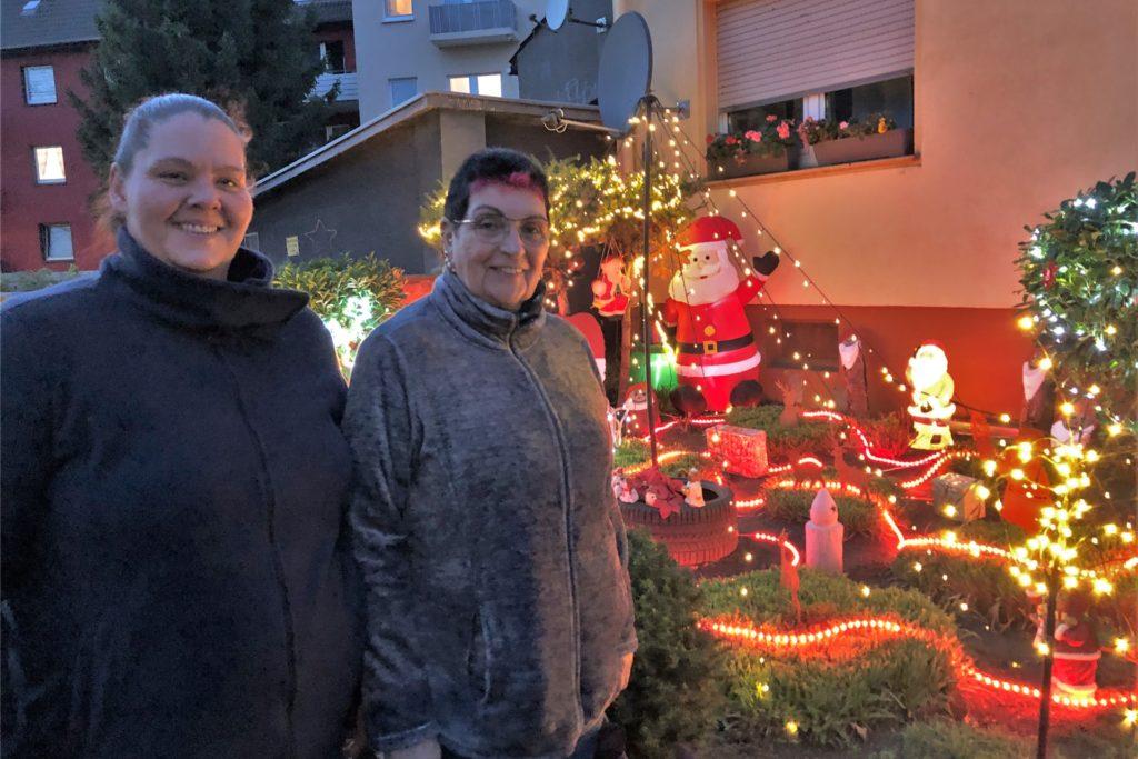 Jasmin und Helga Zarth (v.l.) haben ein Faible für eine leuchtende Weihnachtsdeko