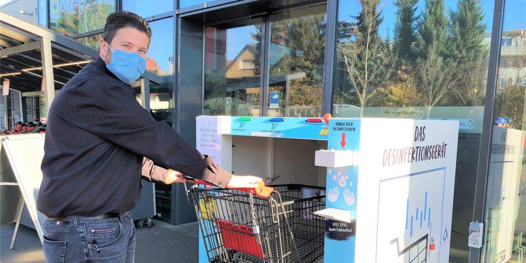 Rewe-Kaufmann André Kaeseler hält für seine Kunden ein besonderes Hygiene-Angebot bereit: Eine Desinfektions-Dusche für Einkaufswagen.