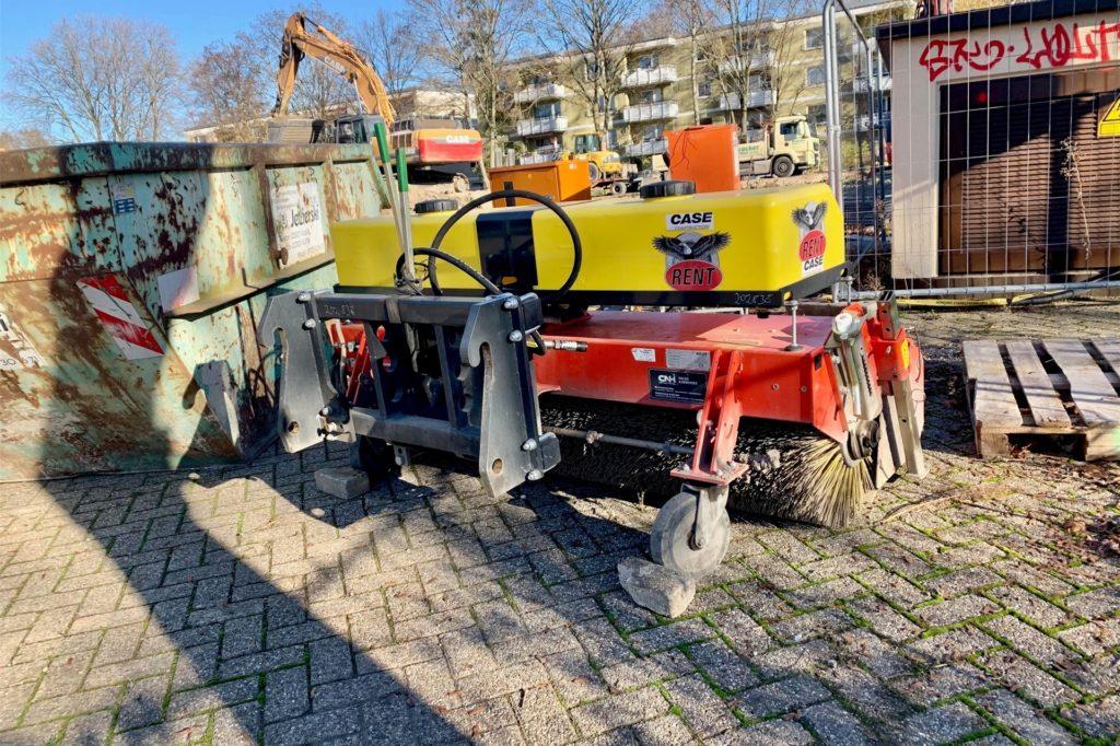 Die Reinigungsmaschine für die Straßen, über die der Aushub transportiert wird, stehen immer parat.
