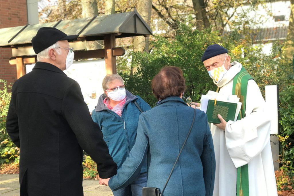 Gemeinde Heilig Kreuz in Dorf Rauxel mit Subsidiar Ulrich Isenbügel (r.) macht es schon jetzt mit einigen Gottesdiensten vor: Sie feiert unter Pavillonzelten auf dem Rasen neben der Kirche.