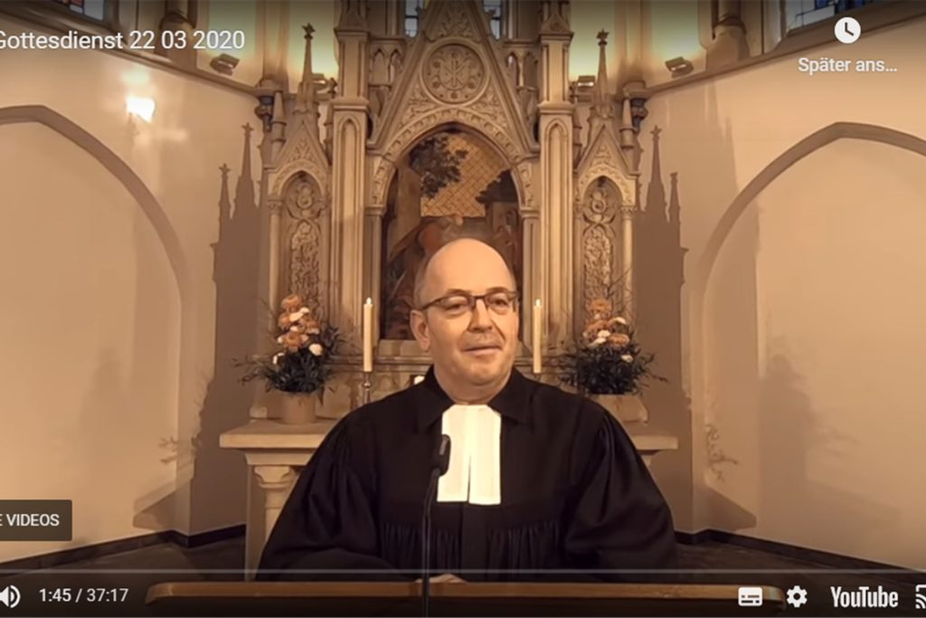 """Johannes Ditthardt spricht vor leeren Kirchenbänken in der Lutherkirche, aber 400 Menschen schauten ihm dabei im Internet zu: Er ist einer der """"Fernsehpfarrer"""" in Castrop-Rauxel."""