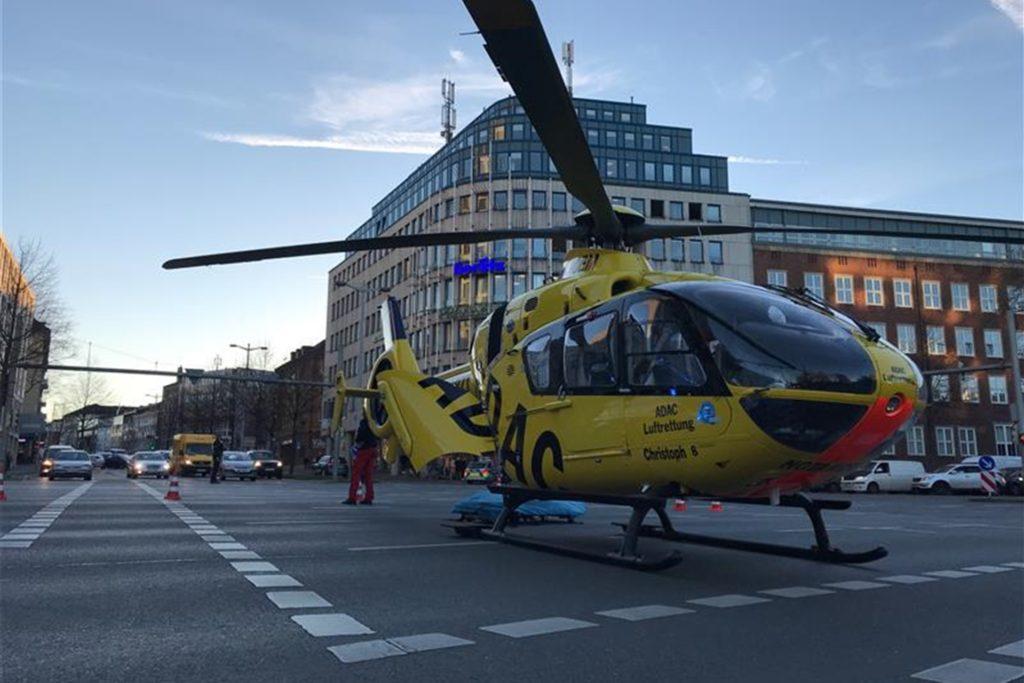 Die Besatzung des Hubschraubers wartete auf den Patienten.