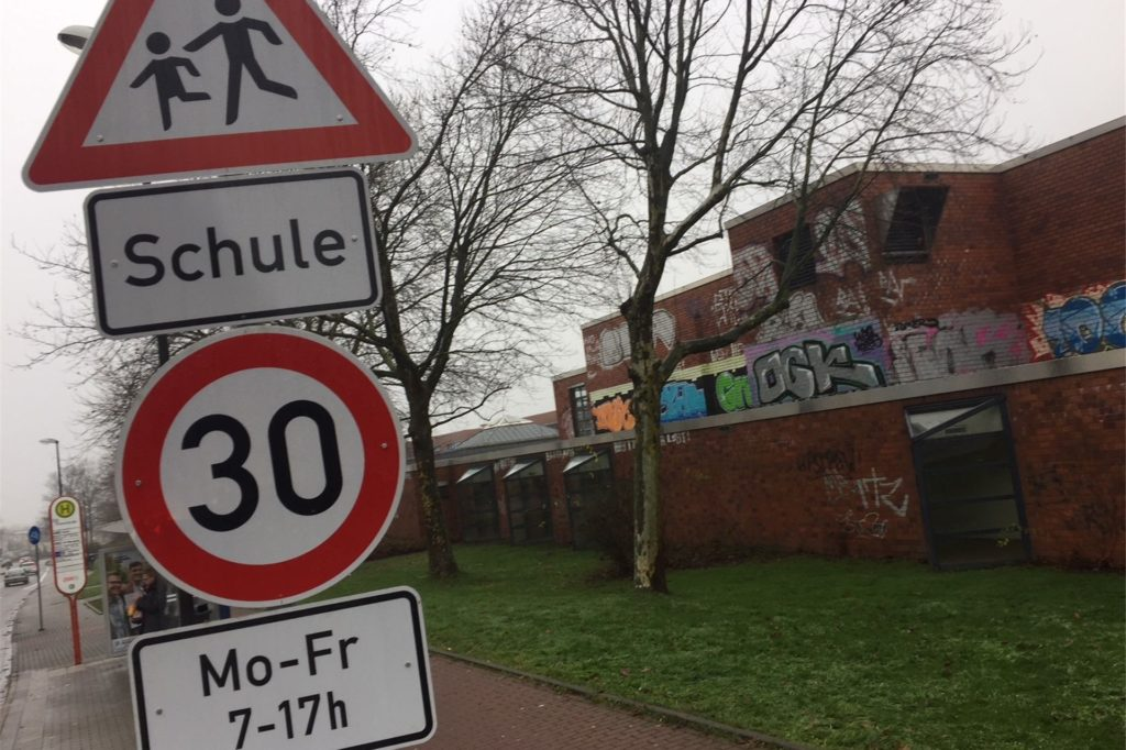 Vor den Schulen in Castrop-Rauxel gilt Tempo 30. Immer mehr Autofahrer hätten das geschluckt, so die Erfahrung des Ordnungsamtes.